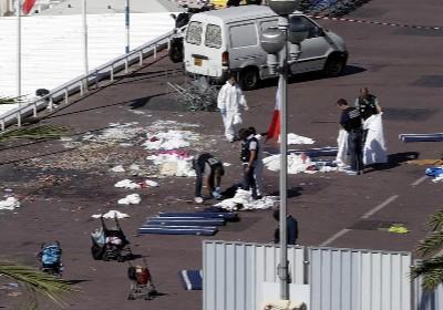 Los investigadores en el Paseo de los Ingleses recogiendo pruebas y evidencias del atentado.