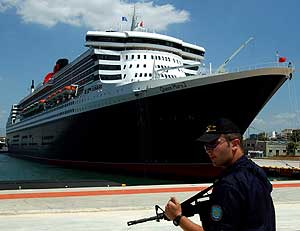 El Queen Mary 2, anclado en el Pireo.