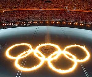 Los anillos olímpicos, en el estadio de Atenas. (AFP)