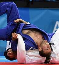 Uematsu (de azul), en el combate contra Khergiani. (AFP)