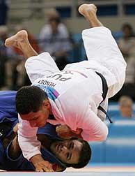 Óscar Peñas (azul), en uno de sus combates./REUTERS