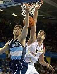 Gasol estampa la pelota en el aro ante Nocioni./AP