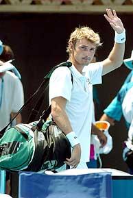 Juan Carlos Ferrero saluda a la grada./EFE