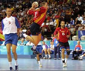 El español Hernández salta para tirar a la portería rusa./AFP