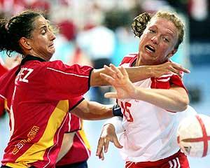 Cristina López intenta frenar a una danesa./REUTERS