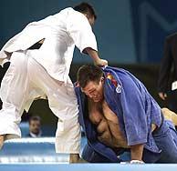 El coreano Beom Sung Kim intenta inmovilizar a Ruano./AP