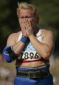 Irina Korzhanenko en el momento de la victoria./ AFP