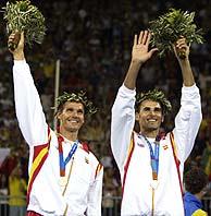 Bosma (i) y Herrera celebran la plata en el podio./ REUTERS