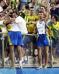 La pareja brasileña celebra el oro con la grada./ REUTERS