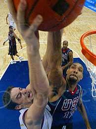 Duncan tapona un lanzamiento de Gasol./AP