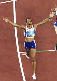 Holmes celebra el triunfo en 1.500 m. / REUTERS