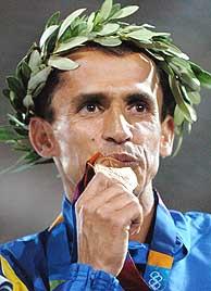 De Lima besa la medalla de bronce./AFP