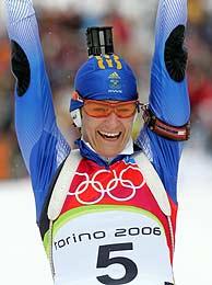 Olofsson celebra su triunfo en la meta. (Foto: AFP)