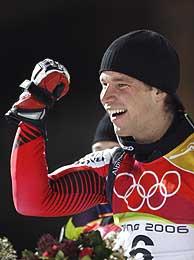 Benjamin Raich celebra su victoria en el eslalon. (Foto: AFP)
