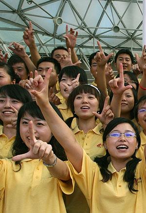 Los sonrientes voluntarios chinos. (Foto:AFP)