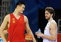 Yao Ming y Pau Gasol, juntos en un entrenamiento. (Foto: AFP)