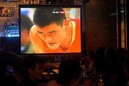 Yao Ming, en las pantallas de un bar en Pekín. (Foto: EFE)