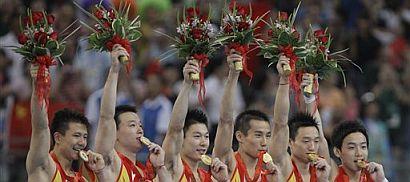 El equipo chino de gimnasia artística, tras recibir el oro. (Foto: AP)