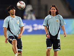 El 'Kun' y Messi, en un entrenamiento. (EFE)