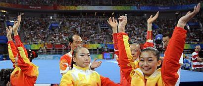 El equipo chino femenino de gimnasia artística celebran su victoria. (Foto: AFP)