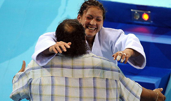 Ronaldo Veitía se abraza con Yalennis Castillo en un combate anterior. (Foto: AFP)
