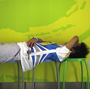 Un voluntario descansa durante la competición. (Foto: AFP)