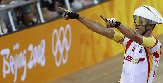 Joan Llaneras festeja su triunfo en la pista. (Foto: REUTERS)