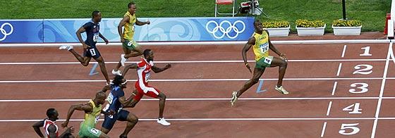 Bolt cruza la meta con los brazos abiertos mirando al público. (Foto: Reuters)