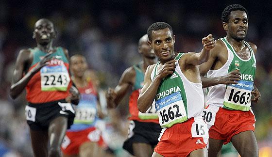 Kenenisa Bekele tras cruzar la línea de meta. (Foto: AP)