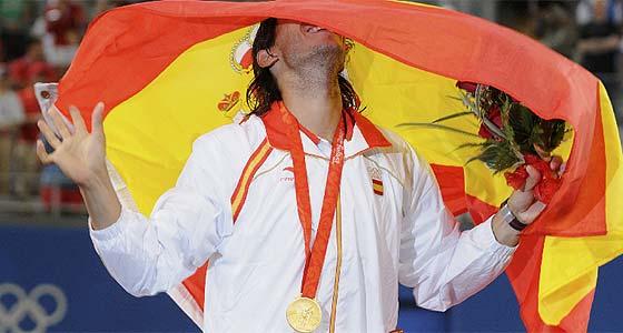 Nadal, exultante con su medalla y la bandera. (Foto: REUTERS)