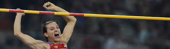 Yelena Isinbayeva expresa su alegría tras darse cuenta del nuevo récord. (Foto: AFP)