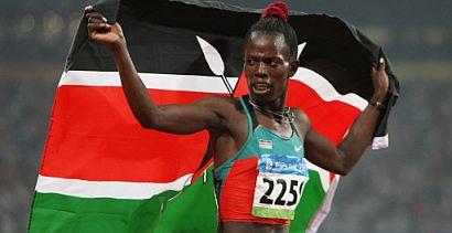Pamela Jelimo dando la vuelta de honor con la bandera de su país. (Foto: AFP)