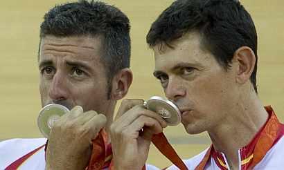 Tauler (izda.) y Llaneras, con la medalla de plata. (EFE)