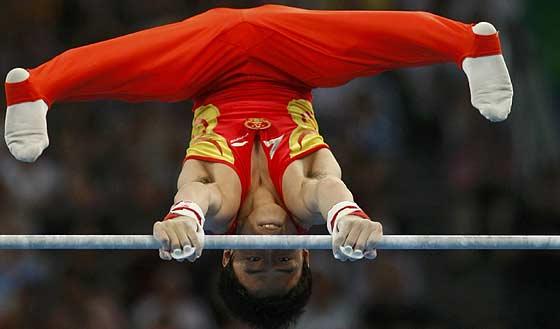 Zou Kai, durante el ejercicio de barra fija. (Foto: REUTERS)