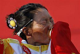 Yin Jian celebra su oro en windsurf. (Foto: AFP)