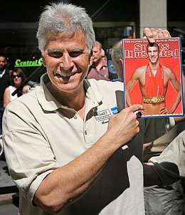 Mark Spitz con el ejemplar de 'Sports Illustrated'. (Foto: AP)