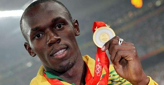 Usain Bolt posa con su oro de los 200 m. (Foto: AFP)