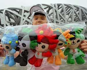 Un niño, con las mascotas de los Juegos. (Foto: EFE)
