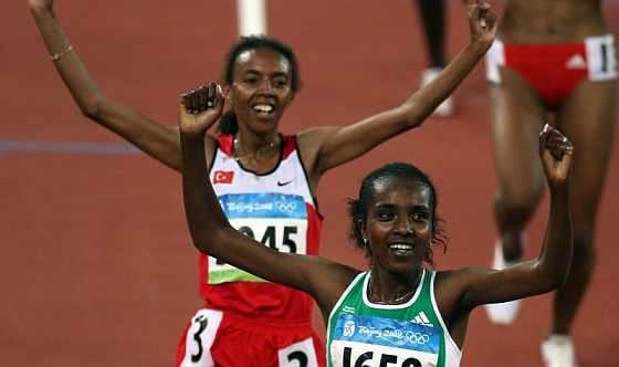 Dibaba celebra el triunfo en 5.000, seguida por la turca Abeylegesse. (Foto: EFE)