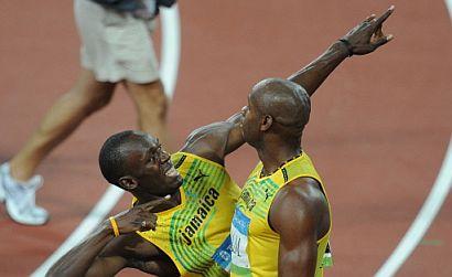 Bolt y Powell, celebrando la victoria. (Foto: AFP)