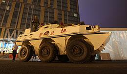 Una tanqueta, junto al centro de prensa. (Foto: EFE)