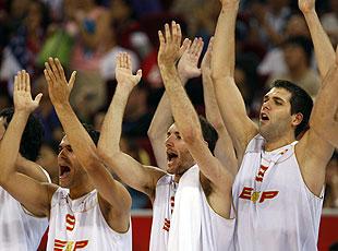 Los españoles, al subir al podio. (Foto: EFE)