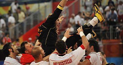 Los jugadores españoles celebran la medalla de bronce. (Foto: AFP)