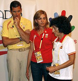 Los Duques de Palma, junto a la ministra Cabrera en la Casa de España. (Foto: EFE)