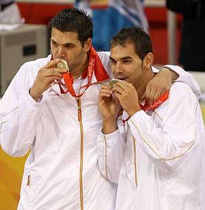 Reyes y Calderón besan la medalla. (Foto: EFE)