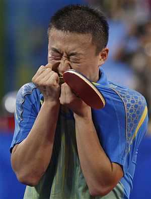 El chino Ma Lin celebra el oro individual en tenis de mesa. (Foto: AP)