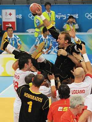 Barrufet, en brazos de sus compañeros de selección tras conseguir el bronce. (Foto: AFP)