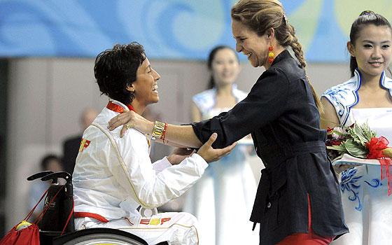 La infanta Elena hace entrega de la medalla de plata a la nadadora Teresa Perales. (Foto: EFE)