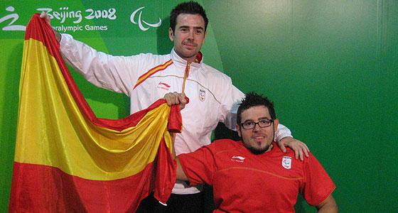 Tomás Piñas, posa con la bandera tras su victoria. (Foto: M. R.)