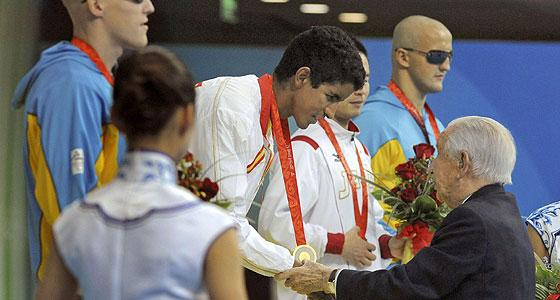 El nadador ciego Enhamed Enhamed recibe la medalla de oro. (Foto: EFE)